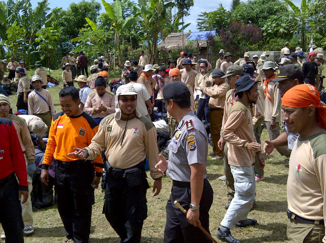Kapolres Lombok Barat-KLU berdialog usai melepas peserta yang akan tracking ke gunung Rinjani
